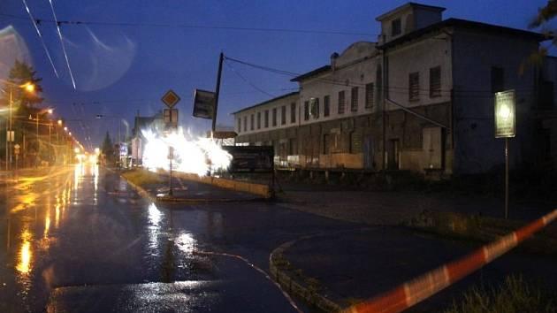 V Opavě musela být uzavřena část frekventované Krnovské ulice, a to v místech křižovatky s ulicí Vančurovou, kde má v budoucnu vyrůst nový kruhový objezd.