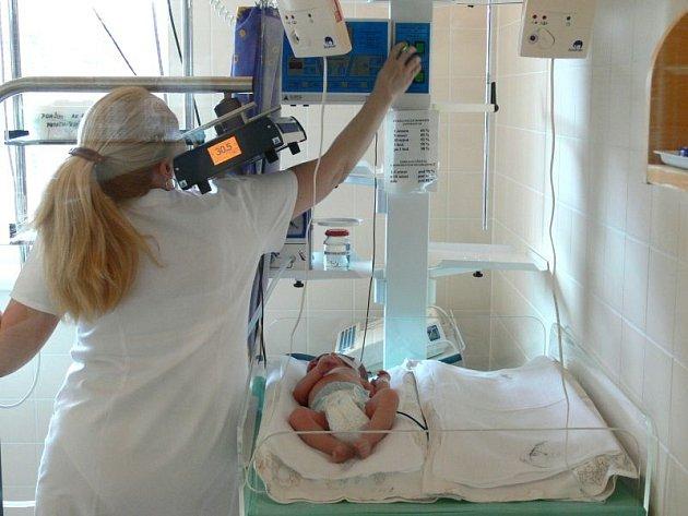 Přístroj pomáhá novorozencům zbavit se žloutenky.