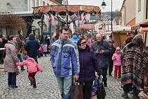 Vloni se vánoční jarmark v Hradci nad Moravicí uskutečnil na pěší zóně ulice Podolské, letos se přesouvá nahoru na zámek.