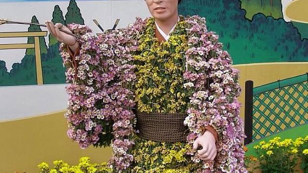 V nagojské Královské zahradě stojí socha, oblečená do květin.
