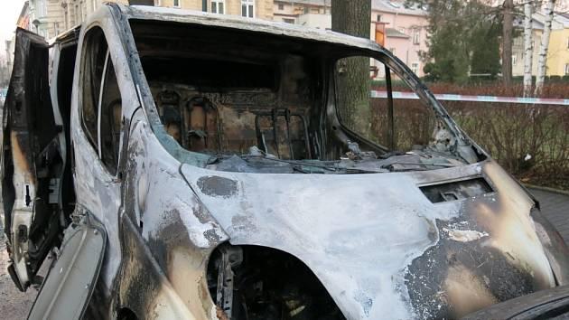 Vyhořelá dodávka v opavské Alšově ulici.