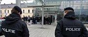 Na svinovském nádraží si dali v 11.45 hodin sraz fanoušci Baníku, kteří míří do Opavy. Speciální vlak by měl vyrazit ze 6. nástupiště ve 12.15 hodin. Na nádraží je nyní asi pět stovek fanoušků, kteří jsou oblečeni v černém oblečení.