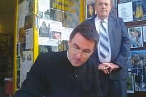 Abbé Cyrille Debris při podepisování své knihy.