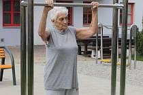 Obyvatelka Seniorcentra Alena Gebauerová u hrazdy.