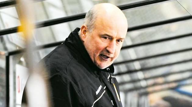 Hokejový kouč Jiří Režnar na lavičce JKH GKS Jastrzębie.