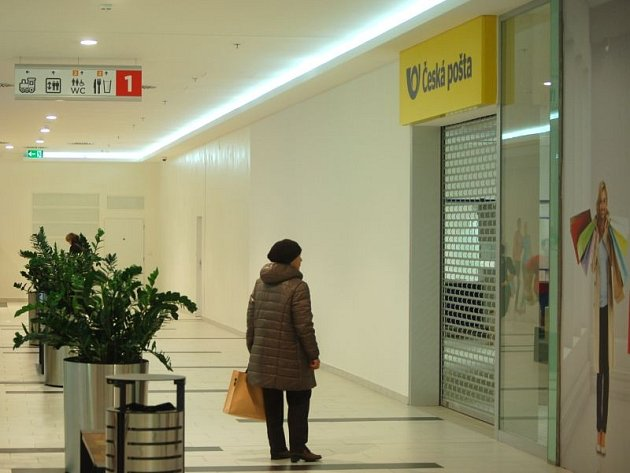 Nová pobočka hlavní opavské pošty v obchodním centru Breda & Weinstein je stále ve fázi dokončování. Přesto už poutá velký zájem kolemjdoucích. Zvyknou si lidé?