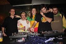 Bad Boyz v akci. Zleva Jiří Petr (Jiřina), Radek Kubín (Derek), Michal Řehulek (Dreadalist), Jiří Hanel (Hagi) a úplně vpravo fanoušek Ščuky.