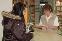 Lékárnice vydává dívce léky v nemocniční lékárně. Zanedlouho už zde lidé nebudou muset platit poplatky.