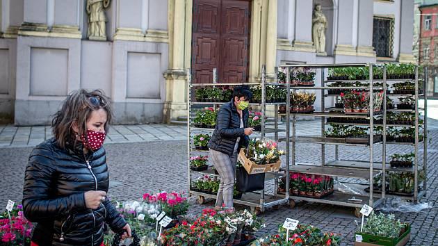 Farmářské trhy na Dolním náměstí v Opavě, 22. dubna 2020.
