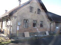 Snímek rodinného domu v Radkově po sobotním požáru.