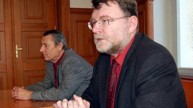 Primátor Zbyněk Stanjura (vlevo) a jeho náměstek Jaroslav Horák čelí trestnímu oznámení podanému zastupitelem Petrem Škarohlídem.