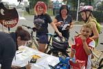 Snímek z akce Do Opavy na Fidorku, do Krnova na Kofolu. V Opavě čeká na cyklisty fidorka na posilnění.