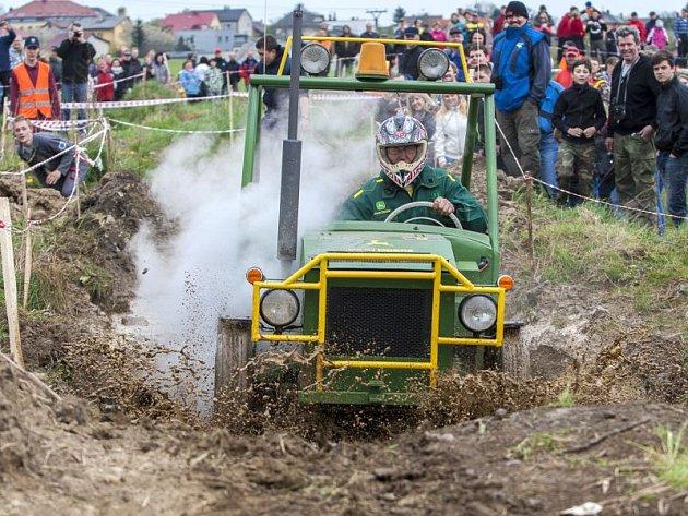 Zhruba pětadvacet majitelů speciálně upravených traktorů se v sobotu sjelo do Pusté Polomi, aby se zúčastnili dvanáctého ročníku traktoriády, která se zde pravidelně koná.