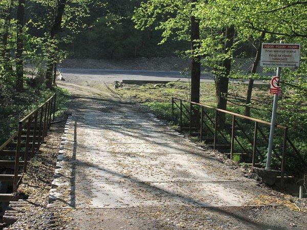 Příjezdový mostek na parkoviště si vbudoucnu bude muset projít rekonstrukcí.
