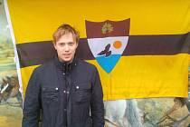 Lukáš Salich je dobrodruh každým coulem. V pozadí je liberlandská vlajka.