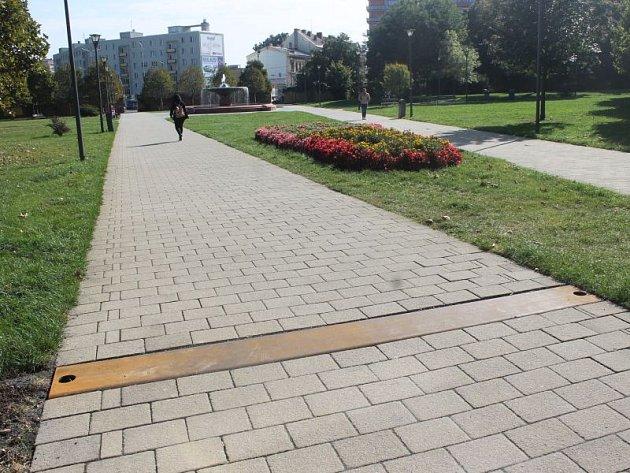 Prozatím je v chodníku v místech, kde stávala Ratibořská brána, zapuštěna pouze deska. Celá instalace má být hotova v půli října.