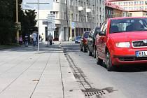 Zatímco uplynulý týden na Praskově ulici před Domem Petra Bezruče rostla na okraji vozovky až půlmetrová lebeda, v neděli ráno byly Praskova, Olbrichova a Nádražní okruh vyčistěné.