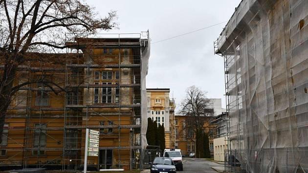 Pavilony Slezské nemocnice zahalilo lešení.