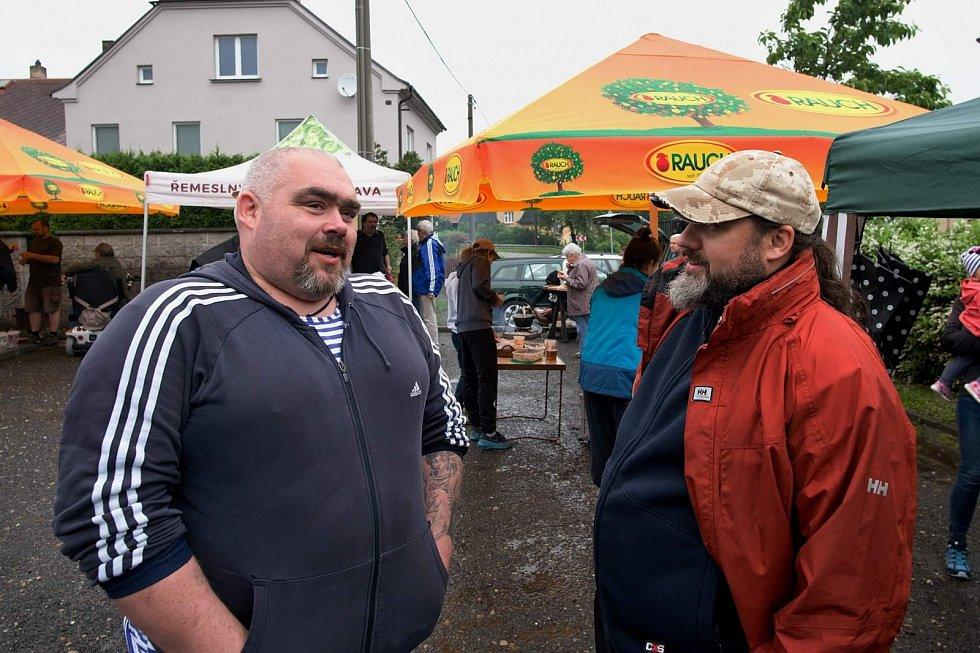 Víkendový šampionát ve vaření kotlíkového guláše v Hrabyni nezkazilo ani počasí.