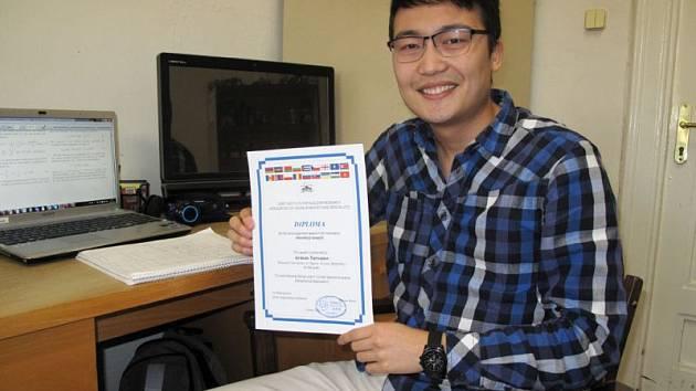Arman Tursunov získal se svým příspěvkem na konferenci v Dubně diplom za první místo.