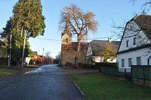 Lipinská ulice s kaplí.