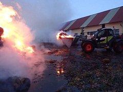 Pět hasičských jednotek vyjíždělo v neděli odpoledne do Klokočova, kde začal hořet stoh s lisovanou slámou.
