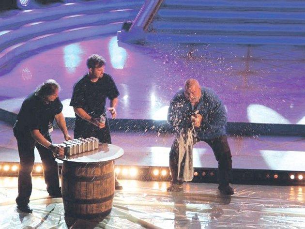 Opavský Golem René Richter rozmačkal sedmnáct plechovek piva za minutu.