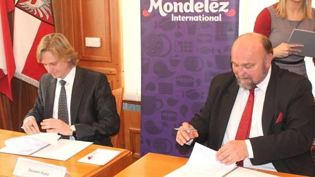 Ředitel opavského závodu Slavomír Pudiš (vlevo) podepisuje smlouvu s opavským primátorem Zdeňkem Jiráskem.