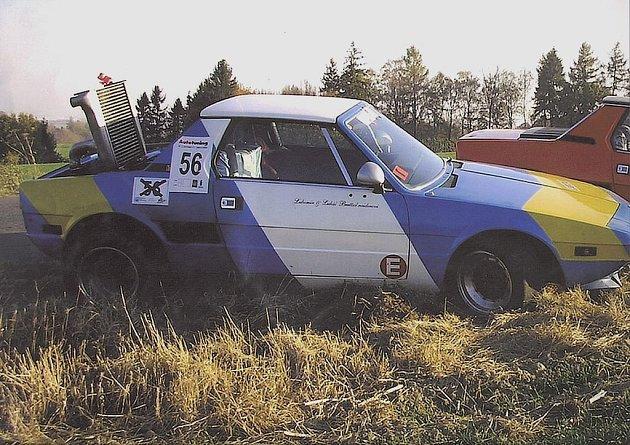 Modrobílý Fiat X 1/9 Bertone se závodním číslem 56 zmizel neznámo kam.
