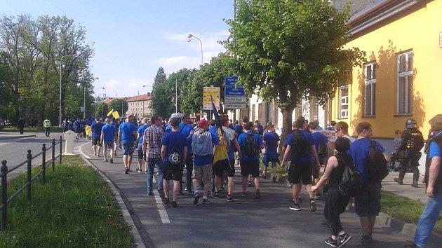 Fanoušci Zlína vOlomouci při cestě na Andrův stadion.