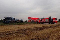 Více než šest hodin byla z důvodu dopravní nehody cisternového nákladního automobilu s přívěsem uzavřená silnice mezi Velkými Hošticemi a Chlebičovem.