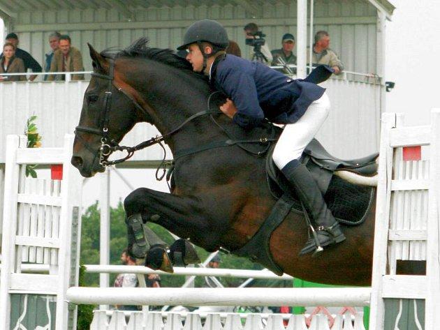 Jan Zwinger na koni Tudor z JK Opava-Kateřinky zvítězil v hlavní soutěži parkúrových závodů na kolbišti v Albertovci.