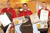 Výčepní Roman Chybík (uprostřed) z hradecké Sport Restaurace se stal letošním vítězem soutěže Gambrinus Mistr výčepní pro Moravu a Slezsko.