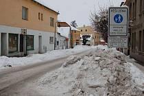 Hromady sněhu jsou v Hradci na každém kroku.