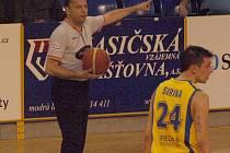 Basketbalový rozhodčí Ivo Dolinek.