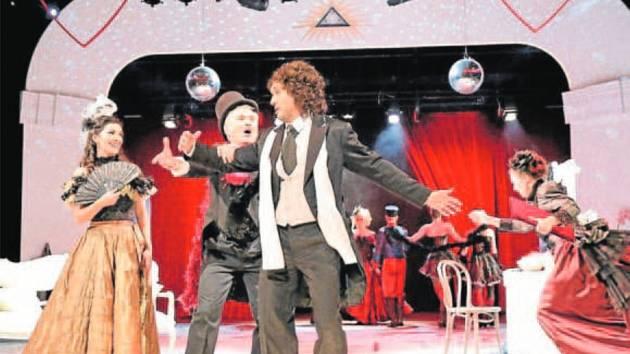 Zleva Barbora Čechová (Denisa/Mamzelle Nitouche), Alexandr Vovk (ředitel divadla) a Roman Harok (Celestén/Floridor).