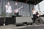 V sobotu pokračovaly v areálu Městské sportovní haly dvoudenní Havířovské slavnosti. Na snímcích kapela Black Band.
