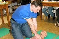 Srdeční masáž se provádí u dospělého člověka v poměru 30:2. Zachránce klečí vedle pacienta a masíruje s propnutýma rukama.