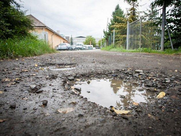 Úsek jedné z odboček Těšínské ulice v Opavě.