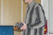 Adam Heinrich s robotem, který vyvolal značnou pozornost.
