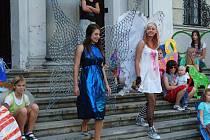 Do krásného světa létavých tvorů se dostali návštěvníci akce, která zahájila ve čtvrtek dvě nové výstavy ve Výstavní budově Slezského zemského muzea. U fontány před budovou ukázali žáci výtvarného oboru ZUŠ Opava, jaká křídla mohli mít bájní tvorové.
