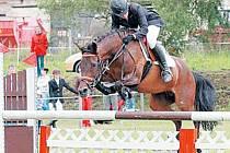 Mladá jezdkyně Eliška Hodulová při skoku se svou klisnou Kačenkou.