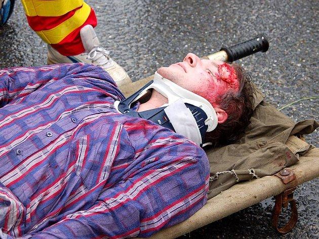 Fingovaná nehoda u Hlučína. Cvičení se zúčastnili záchranáři, hasiči, policisté i armádní složky.