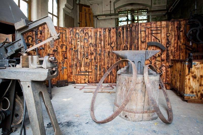 Fanoušci kovářského řemesla se o víkendu dočkali. Nádvoří Červeného zámku v Hradci nad Moravicí se stalo dějištěm sympozia Kovářské sonáty 2014.