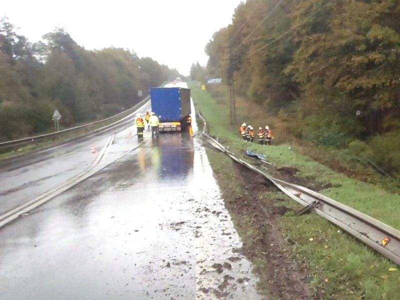 Dvě jednotky hasičů zasahovaly ve středu dopoledne na Josefovském kopci, kde se stala nehoda nákladního automobilu Scania.