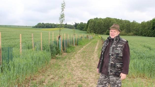 Václav Žurek z Mysliveckého sdružení Hošťata Komárov u jedné z vysázených alejí. Pan Žurek se sice na snímku usmívá, ve skutečnosti mu však veselo není.