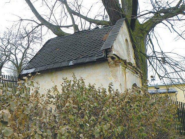 Kaple v Hořejších Kunčicích chátrá, dveře jsou otevřené a střechou zatéká.