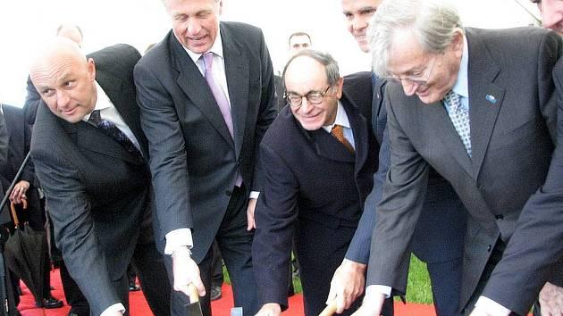 Poklepání základního kamene nové výstavby v areálu společnosti Ivax v Opavě-Komárově. Květen 2008.