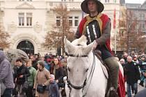 Jedním z hlavních bodů programu byla jízda svatého Martina na bílém koni s dalšími povozy centrem města.