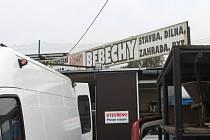Bebechy. Takový název zdobí bazar, který se nachází po pravé straně při výjezdu z Branky směrem na Opavu. Prodává se zde všechno od nábytku, psacích strojů, vybavení toalet, hrnců a dalších věcí.